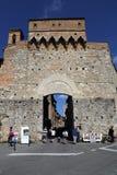 Туристы на стробе города San Gimignano в Италии Стоковые Фото