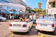 Туристы на типичных автомобилях такси на острове Капри стоковое изображение rf