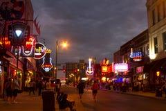 Туристы на улице Beale, Мемфисе Стоковые Изображения RF