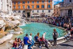 Туристы на фонтане Trevi в Риме Стоковая Фотография