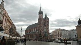 Туристы на центральной площади города перед церковью Mariatsky сток-видео