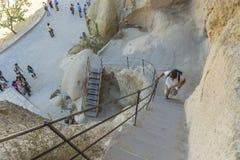 Туристы на шагах в музей goreme. стоковое изображение