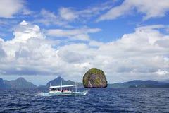 Туристы на шлюпке перемещают между островами. стоковые изображения