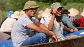 Туристы на шлюпках приближают к пагоде дух Стоковое фото RF