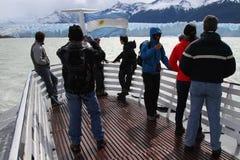 Туристы на шлюпке около ледника Perito Moreno Стоковое Изображение RF