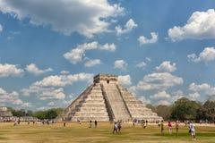 Туристы на Chichen Itza Мексике Стоковое Изображение