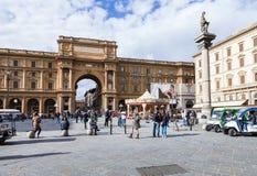 Туристы на della Repubblica аркады в Флоренсе стоковое изображение rf