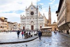 Туристы на di Santa Croce аркады с базиликой стоковые фотографии rf