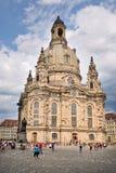 Туристы на Franuenkirche Стоковая Фотография