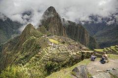 Туристы на Machu Picchu Стоковое фото RF