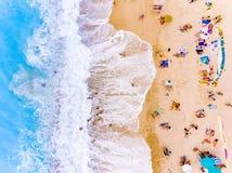 Туристы на ` s птицы пляжа наблюдают взгляд стоковая фотография rf