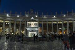 Туристы на ` s St Peter придают квадратную форму в государстве Ватикан, Ватикане Стоковое Фото