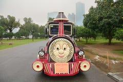 Туристы нося красочного поезда игрушки Стоковые Изображения