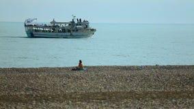 Туристы нося прогулочного катера вдоль береговой линии Чёрного моря в Батуми, Georgia видеоматериал