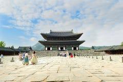 Туристы нося традиционного корейца одевают Hanbok Стоковые Изображения