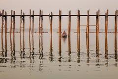 Туристы нося шлюпки на озере в Мандалае, Мьянме Стоковое фото RF