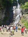 Туристы около водопада Makhuntseti Стоковые Изображения RF
