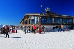 Туристы около ресторана Vysota 2320 в Розе Khutor, России Стоковая Фотография RF