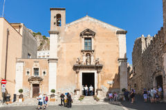 Туристы около Chiesa di santa Caterina в Taormina стоковая фотография