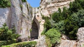 Туристы около Orecchio di Dionisio в Сиракузе стоковое изображение
