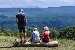 Туристы ослабляя на горе, высокогорном взгляде Северный Кавказ, Kra стоковые изображения rf
