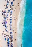 Туристы ослабляя на Egremni приставают к берегу в заплывании лефкас и p стоковое фото
