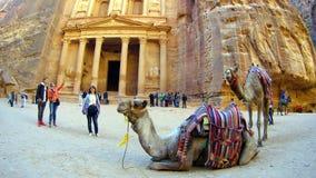 Туристы осматривают древний город al-Khazneh Petra в Джордане Стоковое Фото
