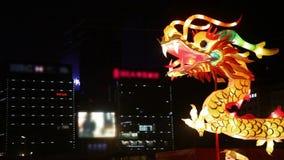 """Туристы осматривают украшения освещения дракона на фестивале фонарика Нового Года городской стены, XI """", Шэньси, фарфор видеоматериал"""