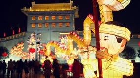 """Туристы осматривают украшения фонарика на городской стене во время фестиваля фонарика, XI """", Шэньси, фарфор сток-видео"""