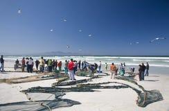 Туристы осматривая задвижку дня на Strandfontein стоковое фото