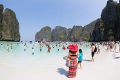 Туристы ослабляют залива Майя на Phi Leh Phi, Таиланде Стоковая Фотография