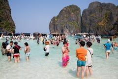 Туристы ослабляют на острове Leh Phi Phi, Таиланде Стоковые Фото