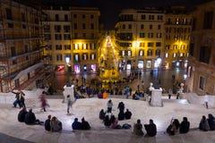 Туристы ослабляя на испанских шагах в Рим стоковое фото