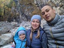 Туристы отдыхают после похода и принимают selfie по телефону Фото от телефона во время похода перемещения семьи люди стоковая фотография