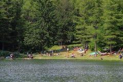 Туристы отдыхая простое озеро Ninfa на наклоне горы Monte Cimone, провинции эмилия-Романьи, Италии стоковая фотография rf