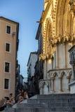 Туристы отдыхают в лестницах собора Cuenca к ev Стоковые Изображения