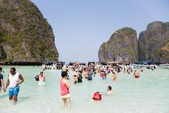 Туристы отдыхают на острове Leh Phi Phi, Таиланде Стоковая Фотография RF