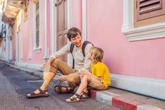 Туристы папы и сына на улице в португальском стиле Romani в городке Пхукета Также вызвал Чайна-таун или старый городок стоковое фото rf