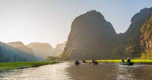 Туристы паромов лодочника вдоль залива Halong на достопримечательности земли в Tam Coc, Вьетнаме стоковые фотографии rf
