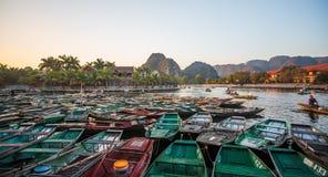 Туристы паромов лодочника вдоль залива Halong на достопримечательности земли в Tam Coc, Вьетнаме стоковое изображение