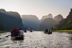 Туристы паромов лодочника вдоль залива Halong на достопримечательности земли в Tam Coc, Вьетнаме стоковое фото rf