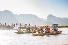 Туристы паромов лодочника вдоль залива Halong на достопримечательности земли в Tam Coc, Вьетнаме стоковые фото