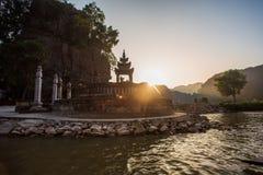 Туристы паромов лодочника вдоль залива Halong на достопримечательности земли в Tam Coc, Вьетнаме стоковая фотография rf