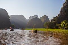 Туристы паромов лодочника вдоль залива Halong на достопримечательности земли в Tam Coc, Вьетнаме стоковые изображения