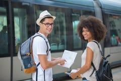 Туристы пар читая карту города Стоковое Изображение