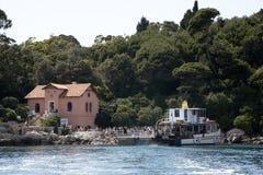 Туристы пассажирского парома и восхождения на борт на острове Хорватии Lokrum Стоковая Фотография RF