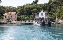 Туристы пассажирского парома и восхождения на борт на острове Хорватии Lokrum Стоковые Фото