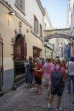 Туристы перед скульптурой мочась девушки в Брюсселе Стоковое Фото