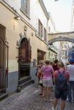 Туристы перед скульптурой мочась девушки в Брюсселе Стоковая Фотография