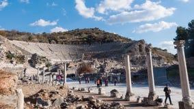Туристы перед театром древнего города Ephesus на солнечном дне, Timelapse Турции видеоматериал